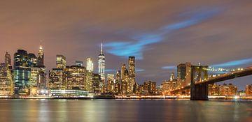 Een panorama van de skyline van Manhattan in New York met de Brooklyn Bridge. De wolkenkrabbers zijn van Bas Meelker