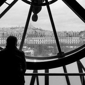 Blik op Parijs door oude stationsklok. van Emajeur Fotografie
