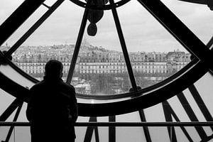 Blik op Parijs door oude stationsklok. van