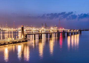 Verlichte pier tijdens blauw twilight_2 van Tony Vingerhoets
