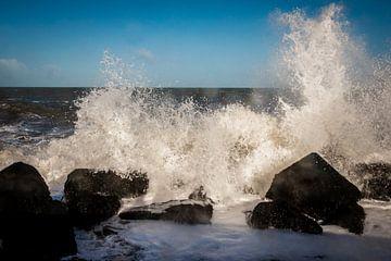 Die Wellen brechen sich an den Basaltblöcken der Nordsee von Henk Hulshof