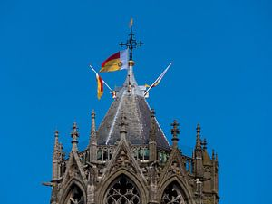 De top van de Dom in Utrecht met vlaggen van Universiteit Utrecht van