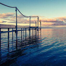 Steiger in het water - in het ochtendlicht sur Tony Buijse