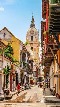 Bunte Straße in Cartagena in Kolumbien von Jessica Lokker