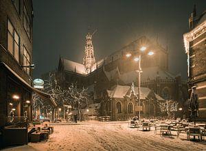 Haarlem: De St. Bavo vanuit de Damstraat. van