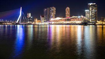 Uitzicht op de Erasmusbrug, Kop van Zuid en een cruiseschip in Rotterdam von Anna Krasnopeeva