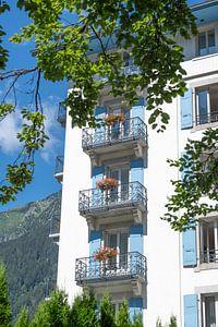 Blaue Fensterläden und Blumen auf Balkonen in Chamonix. von Christa Stroo fotografie
