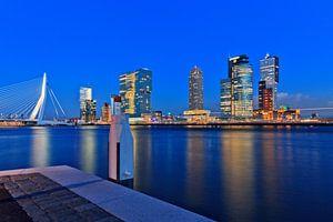 nacht valt over Rotterdam