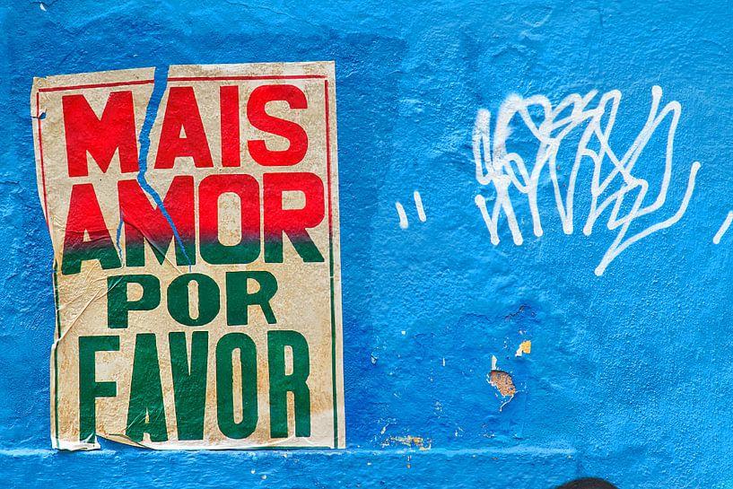 Meer liefde poster in de straten van Rio de Janeiro van Jan van Dasler