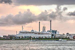 Cruiseschip bij zonsondergang van