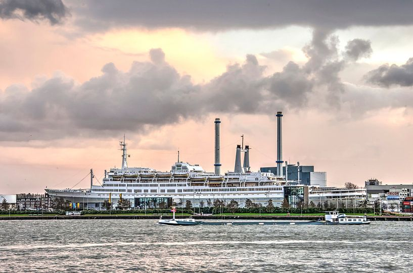 Cruiseschip bij zonsondergang van Frans Blok