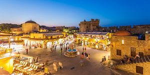 De oude stad van Rhodos bij nacht