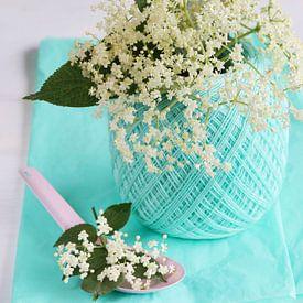 Vers geplukte vlierbloesem in groenig vaasje met roze lepel van Beeldig Beeld