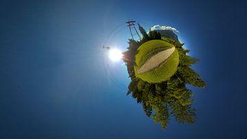 Kleine planeet van een wandelpad in de Alpen bij zonnig weer van Jonas Weinitschke