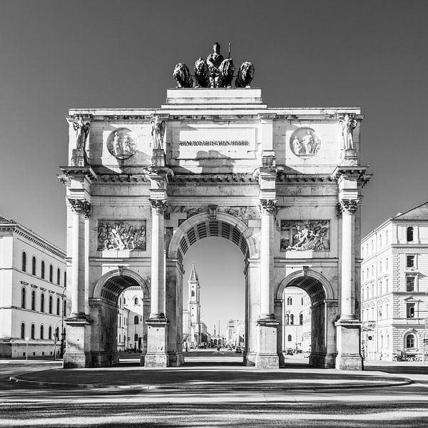 Overwinningsdoel in de Leopoldstraße in München / zwart-wit van Werner Dieterich