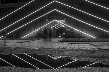 Grafische Nachtaufnahme mit Linien und Reflexion im Wasser von Sander de Vries