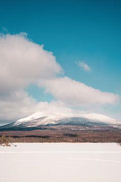 Verschneiter Berggipfel in Japan von Mickéle Godderis