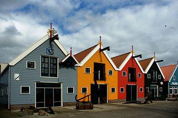 Kleurige huisjes in de haven in Zoutkamp sur Alice Berkien-van Mil