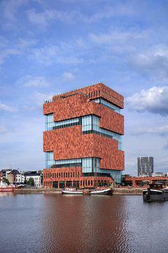 Musée MAS contre un ciel bleu qui se reflète dans un étang, Anvers 2 sur Tony Vingerhoets