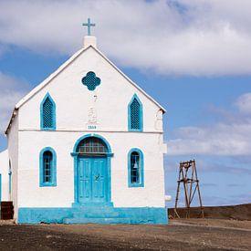 Kerk in Pedra de Lume, Sal, Kaapverdië. van Adri Vollenhouw