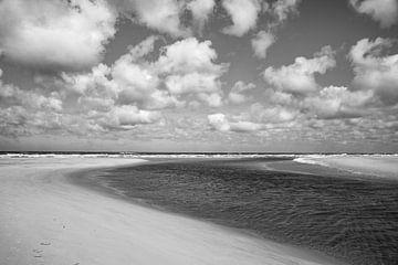 Strand mit Wolken in schwarz und weiß von Jan Fritz