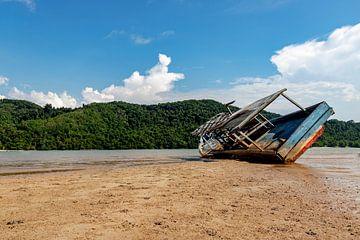 Verlassenes Boot an einem verlassenen Strand von Femke Ketelaar