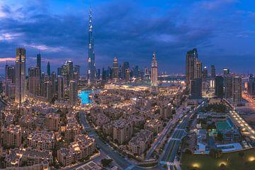 Panorama du centre ville de Dubaï à l'heure bleue sur Jean Claude Castor