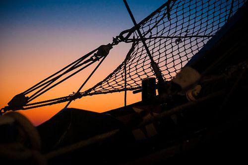 Details en silhouetten aan de boeg van een oud zeilschip