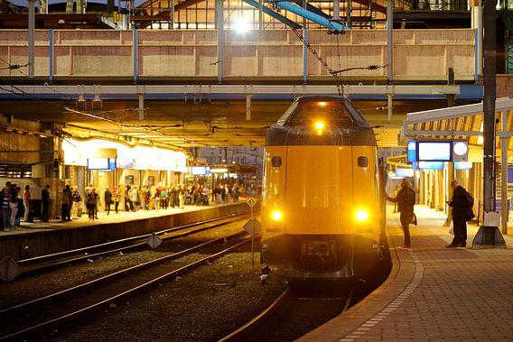 Station Utrecht Centraal met intercity  van Donker Utrecht