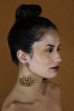 Vrouw met houten oorbel van Iris Kelly Kuntkes
