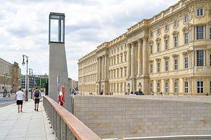 nach historischem Vorbild neu errichtetes Humboldt Forum in Berlin von der Rathausbrücke aus gesehen von Heiko Kueverling