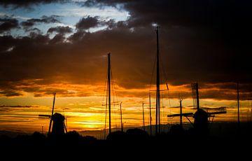 Zonsondergang met molens en zeilboten van J.A. van den Ende