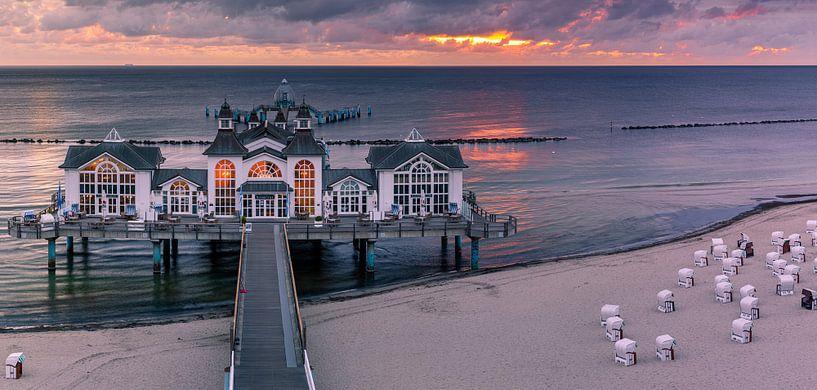Panorama-Sonnenaufgang Sellin Pier, Rügen, Deutschland von Henk Meijer Photography