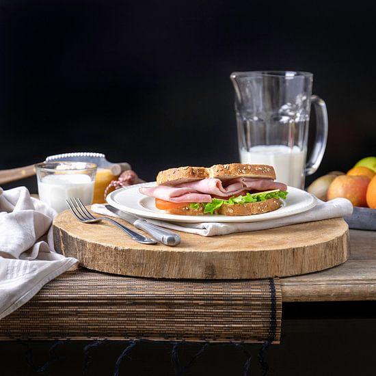 Gezonde lunch, sandwich ham gezond met melk en fruit