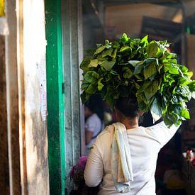 Indonesische vrouw op een kleurrijke markt van Pieter Wolthoorn