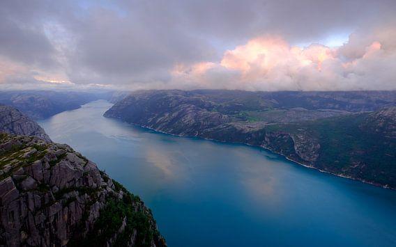 Zonsondergang op de Preikestolen, Noorwegen van Koos de Wit
