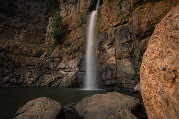 Une belle chute d'eau entre les rochers à Java Ouest sur Anges van der Logt