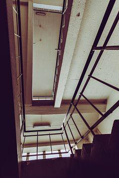 Uitzicht op verlaten trappenhuis