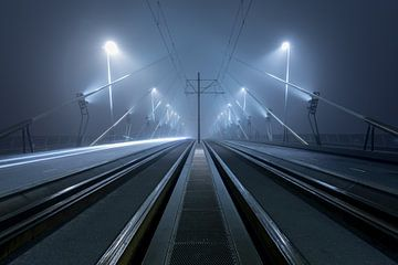 Op de Erasmusbrug in Rotterdam in de mist sur Rob van der Teen