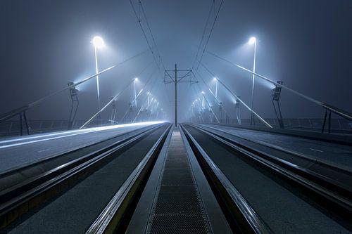 Op de Erasmusbrug in Rotterdam in de mist
