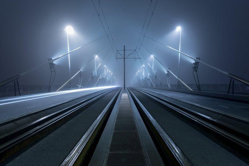 Op de Erasmusbrug in Rotterdam in de mist van Rob van der Teen