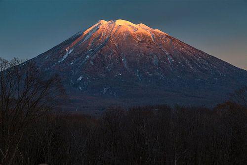 Zonsondergang op een vulkaan in Niseko, Hokkaido, Japan. van