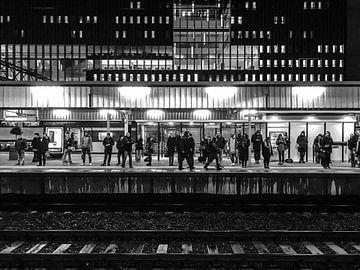 NS Bahnhof Leiden Central | Schwarz und Weiß von Carel van der Lippe