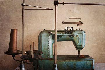 naaimachine in een verlaten fabriek van Kristof Ven