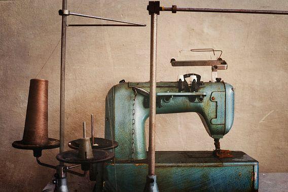 naaimachine in een verlaten fabriek