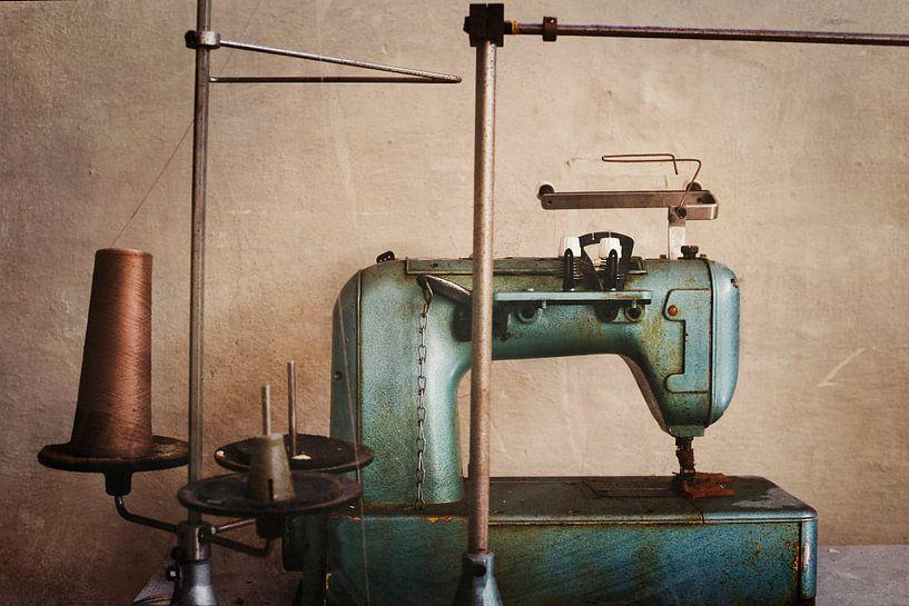 machine à coudre dans une usine abandonnée sur Kristof Ven