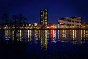 Venlo | Avondopname van het hoogwater in de Maas (Romertoren) van Jos Saris