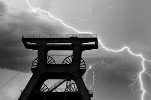 Kronkelende toren in de storm van HGU Foto