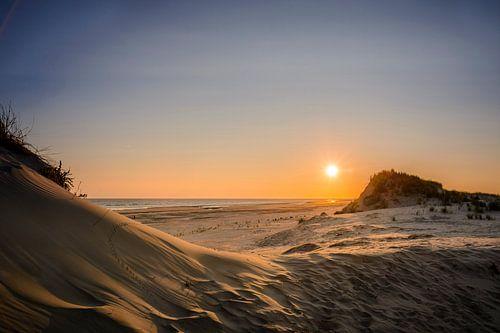 Zonsopgang aan het strand van