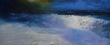Bruisend loopt een golf op het strand.  van Bert Oosthout